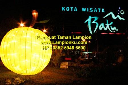 Lampionku.com-Lampion-berbentuk-apel-menjadi-salah-satu-dekorasi-di-Alun-alun,HP.0852 340 89 809